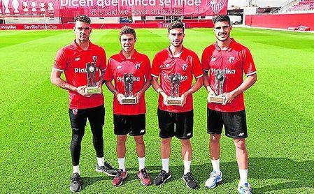 Juan Soriano, Pozo, Carmona y Berrocal recibieron sus galardones, que lucieron sobre el césped de la ciudad deportiva.