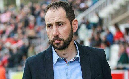 Pablo Machín da instrucciones en el Girona.