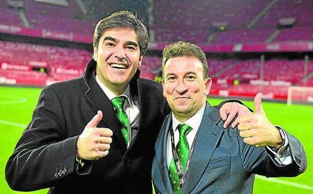 Haro y Catalán, presidente y vicepresidente del Betis, respectivamente, festejan uno de los hitos de la pasada temporada, un punto de inflexión: el 3-5 en el derbi.