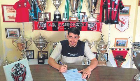 En la imagen, Jurado firma su nuevo contrato como jugador del Cabecense.