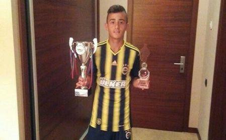 Mahsun Çapkan posa con un trofeo.