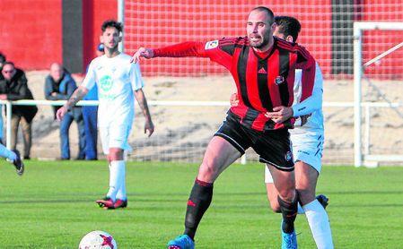 El mediocentro Jorge Vázquez trata de zafarse de un rival en un lance de un encuentro con el Gerena la pasada temporada.