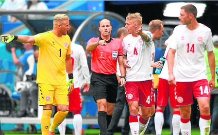 El sevillista Kjaer protesta al árbitro español Mateu Lahoz.