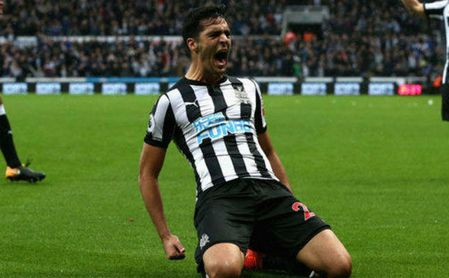 Mikel Merino celebrar un gol con el Newcastle.