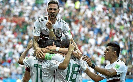 Layún celebra un gol en el Mundial de Rusia con México.