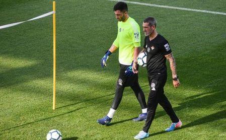 Jon Pascua camina junto a Antonio Adán durante un entrenamiento.