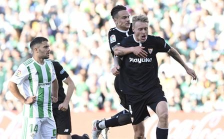 Kjaer celebra junto a Roque Mesa su gol en el derbi sevillano.