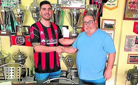 Pepelu, nuevo jugador del ´Cense´, junto a Jesús Valladares, secretario técnico del Cabecense.