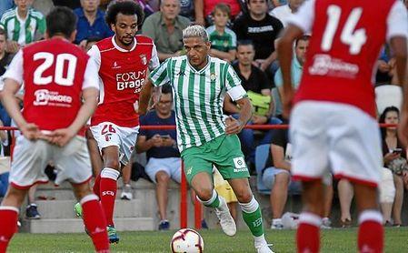 Joaquín jugó a pierna cambiada en la primera parte, sobre un 4-1-3-2.