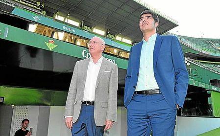 Ángel Haro y Lorenzo Serra Ferrer observan una repleta grada baja de Gol Sur, en la presentación de William Carvalho.