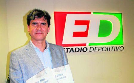 Rafa Jiménez posa en las oficinas de Estadio Deportivo con su nuevo libro, ´Cien años de Fútbol Andaluz´.