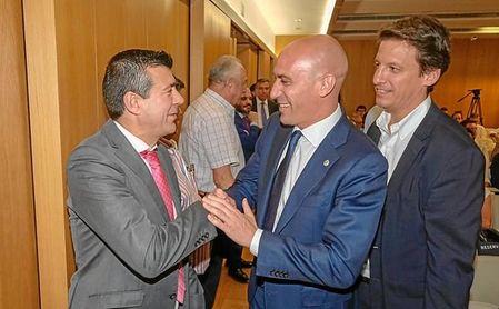 El director de ESTADIO, Joaquín Adorna, saluda al presidente de la RFEF, Luis Rubiales, en la presentación de ´Cien Años de Fútbol Andaluz´.