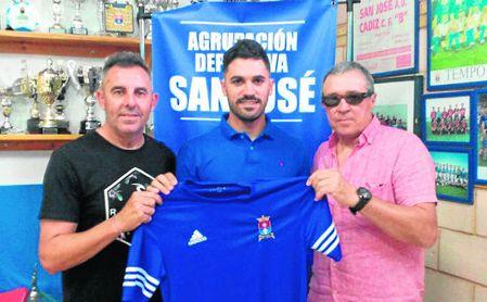 Álvaro Pérez Madroñal posa con su nueva camiseta.