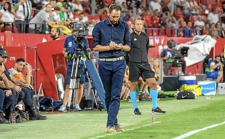 Pablo Machín, anotándolo todo en su libreta durante el partido del pasado jueves ante el Zalgiris.