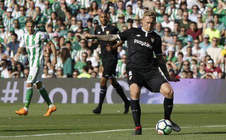 Kjaer, jugador del Sevilla, durante un partido contra el Real Betis.