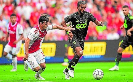 Tagliafico presiona a Medhi Carcela durante el Standard de Lieja-Ajax de la previa de Champions.