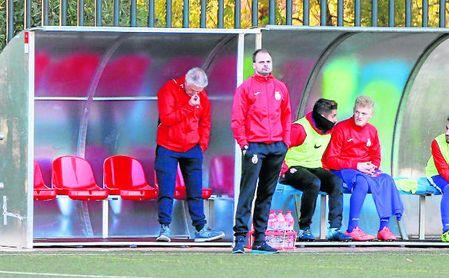Jesús Fernández, entrenador del Paradas, observa a sus jugadores durante un encuentro.