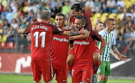 Los jugadores del Sevilla celebran uno de los goles ante el Zalgiris.