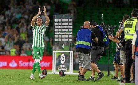 Joaquín celebra con la grada del Benito Villamarín la victoria en el derbi.