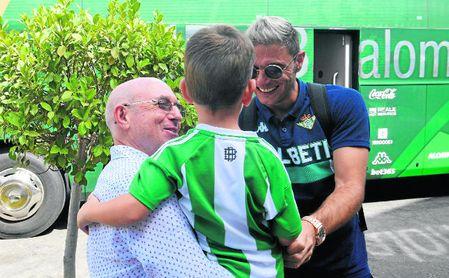Lorenzo Serra Ferrer saluda a Joaquín a la llegada al hotel de concentración acompañado de su nieto.