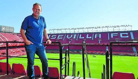 Joaquín Caparrós posa para ESTADIO en el Sánchez-Pizjuán.