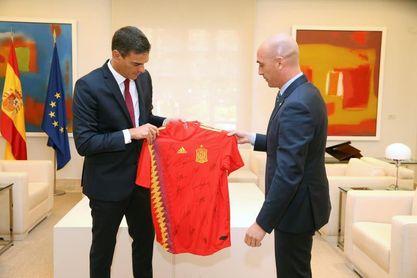 """Pedro Sánchez mantiene una """"reunión productiva"""" con Infantino y Rubiales"""