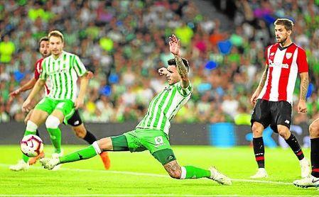 Sanabria golpea con el interior de la bota un balón durante el Betis-Athletic del pasado domingo.