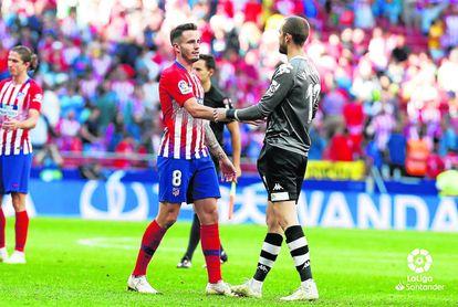 Saúl Ñíguez felicita a Pau López, su compañero en la selección.