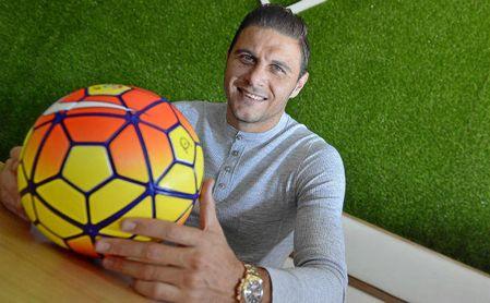 Joaquín posa sonriente con el balón, que es el ´mejor amigo´ del Betis de Setién.