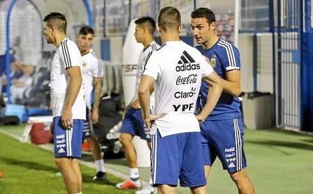 Scaloni conversa con Lo Celso en un entrenamiento en la ciudad deportiva del Al-Hilal.