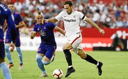 El ´Mudo´ conduce el balón ante la presión de Lobotka en el Sevilla-Celta.