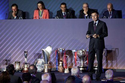 La directiva del Barcelona sufre un revolcón con la remodelación del escudo