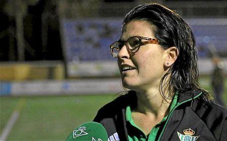 Bea Parra atiende a los medios del club tras un encuentro.