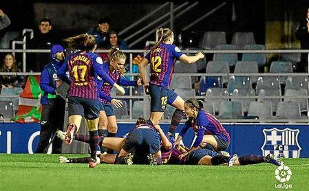 Las jugadores del Barcelona celebran el gol de Duggan en el descuento.