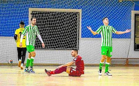 El bético Borja Blanco, con el dorsal ´3´, tras una jugada en Amate.