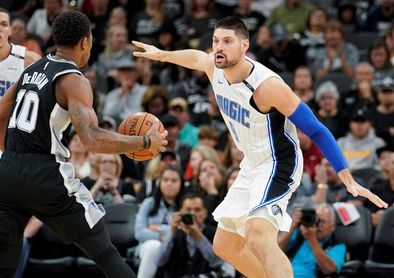 104-108. Vucevic impone su poder en juego interior y supera a James y Lakers
