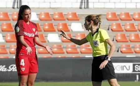 Elia María Martínez Martínez llama la atención a la sevillista Marta Carrasco.