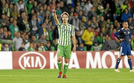 Canales celebra su gol señalando a la grada.