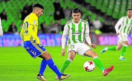 Nico Hidalgo, frente al bético Narváez, en el 3-5 de hace justo un año.