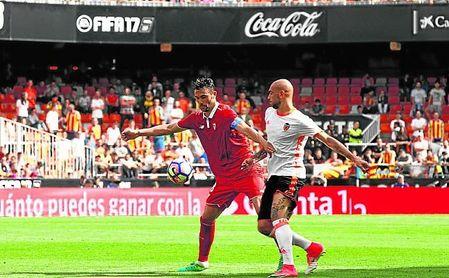 Iborra y Zaza pugnan en el único partido desde la 11/12 en el que el Sevilla logró puntuar allí.