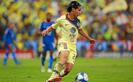 Diego Lainez conduce el balón en un partido con el América.
