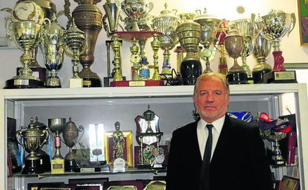 Federico Martínez Gámez, nuevo entrenador del Alcalá, posa en la sala de trofeos del club.