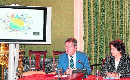 El alcalde de Sevilla, Juan Espadas, atendió a los medios de comunicación.