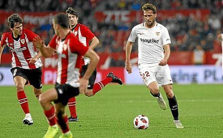 Franco Vázquez conduce el balón rodeado de jugadores del Athletic.