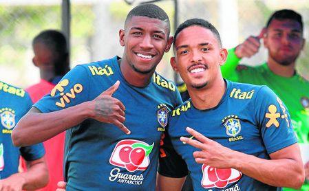 Emerson Leite (a la izquierda) posa junto a Vitinho, su ´rival´ por el puesto de lateral derecho de Brasil.