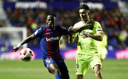 Partido de ida de octavos de la Copa del Rey entre el Levante y el Barcelona. En la imagen, Boateng y Chumi.