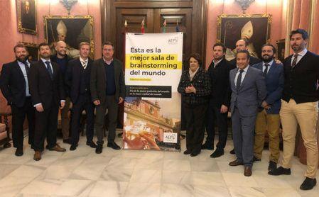 El alcalde Sevilla, Juan Espadas, conoce la campaña 2019 del Día del Patrón de la Publicidad.