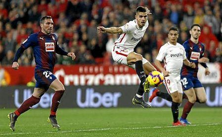 André Silva intenta controlar un balón dentro del área.