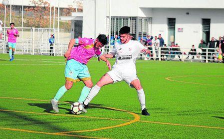 Pipi conduce el esférico ante la presión de Javi Lozano en el derbi disputado ayer.