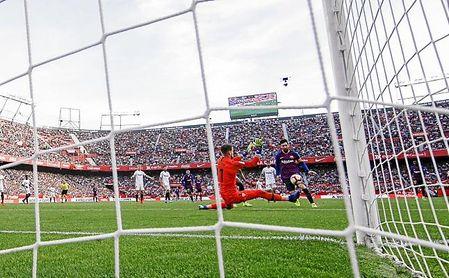 Messi, demasiado solo siempre, levantó el partido para el Barça.